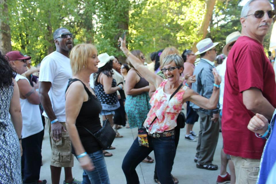 fiesta calle dancing